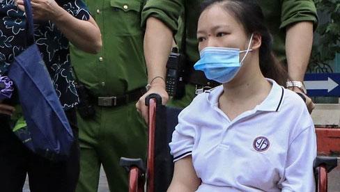 Xúc động hình ảnh người mẹ đưa con gái bị liệt hai chân đi thi tốt nghiệp: