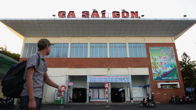 Dân xếp hàng đợi hoàn tiền, bảo lưu vé ở Ga Sài Gòn trước giờ giãn cách
