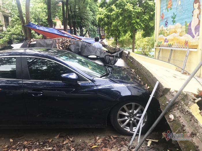 Hà Nội: Loạt ô tô bẹp đầu vì bất ngờ bị tường rào đổ trúng-1