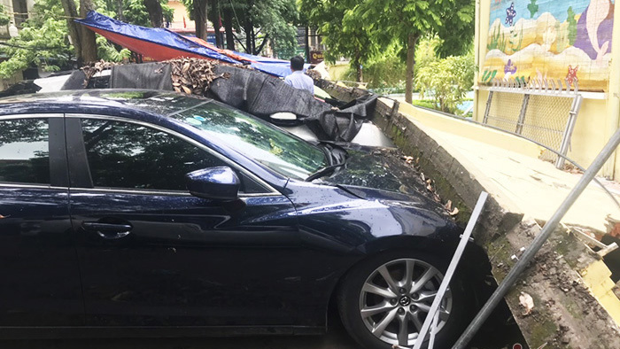 Hà Nội: Loạt ô tô 'bẹp đầu' vì bất ngờ bị tường rào đổ trúng