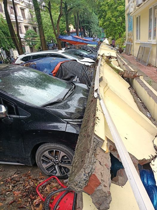 Hà Nội: Loạt ô tô bẹp đầu vì bất ngờ bị tường rào đổ trúng-3