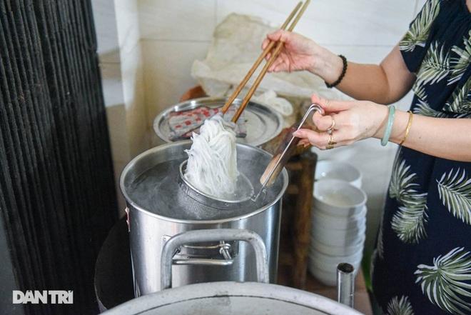 Quán phở mậu dịch hiếm hoi còn lại ở Hà Nội, ngày bán 2 tiếng đã hết hàng-5