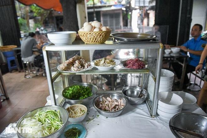 Quán phở mậu dịch hiếm hoi còn lại ở Hà Nội, ngày bán 2 tiếng đã hết hàng-7