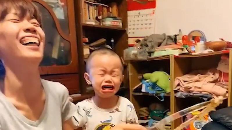 Bé trai òa khóc khi bị mẹ cắt chiếc bánh hình gấu yêu thích