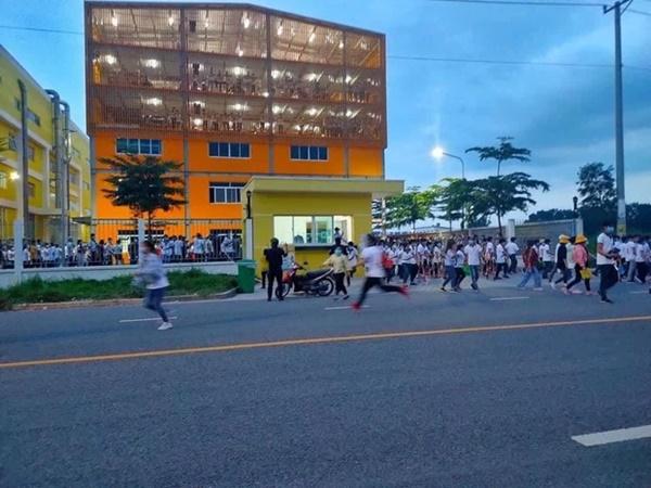 Clip: Hàng trăm công nhân xô đổ rào chắn, tháo chạy khỏi công ty ở Bình Dương khi nghe tin 1 đồng nghiệp dương tính SARS-CoV-2-1