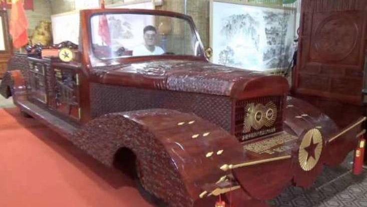 Người đàn ông dùng 2,8 tấn gỗ chế chiếc xe cổ trong 10 tháng
