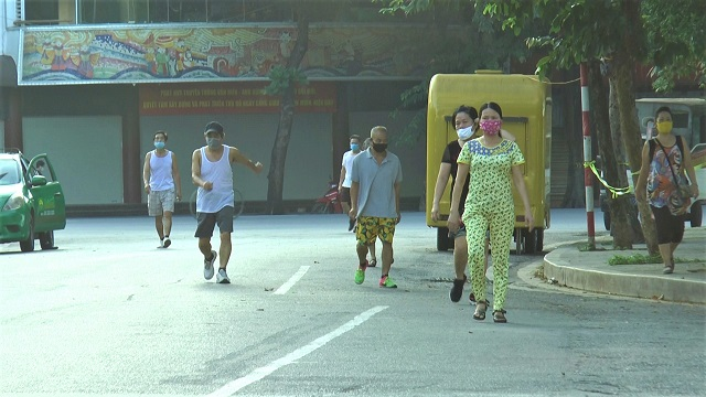 Hà Nội chuyển trạng thái chống dịch: Công viên, bờ hồ vắng người đi thể dục