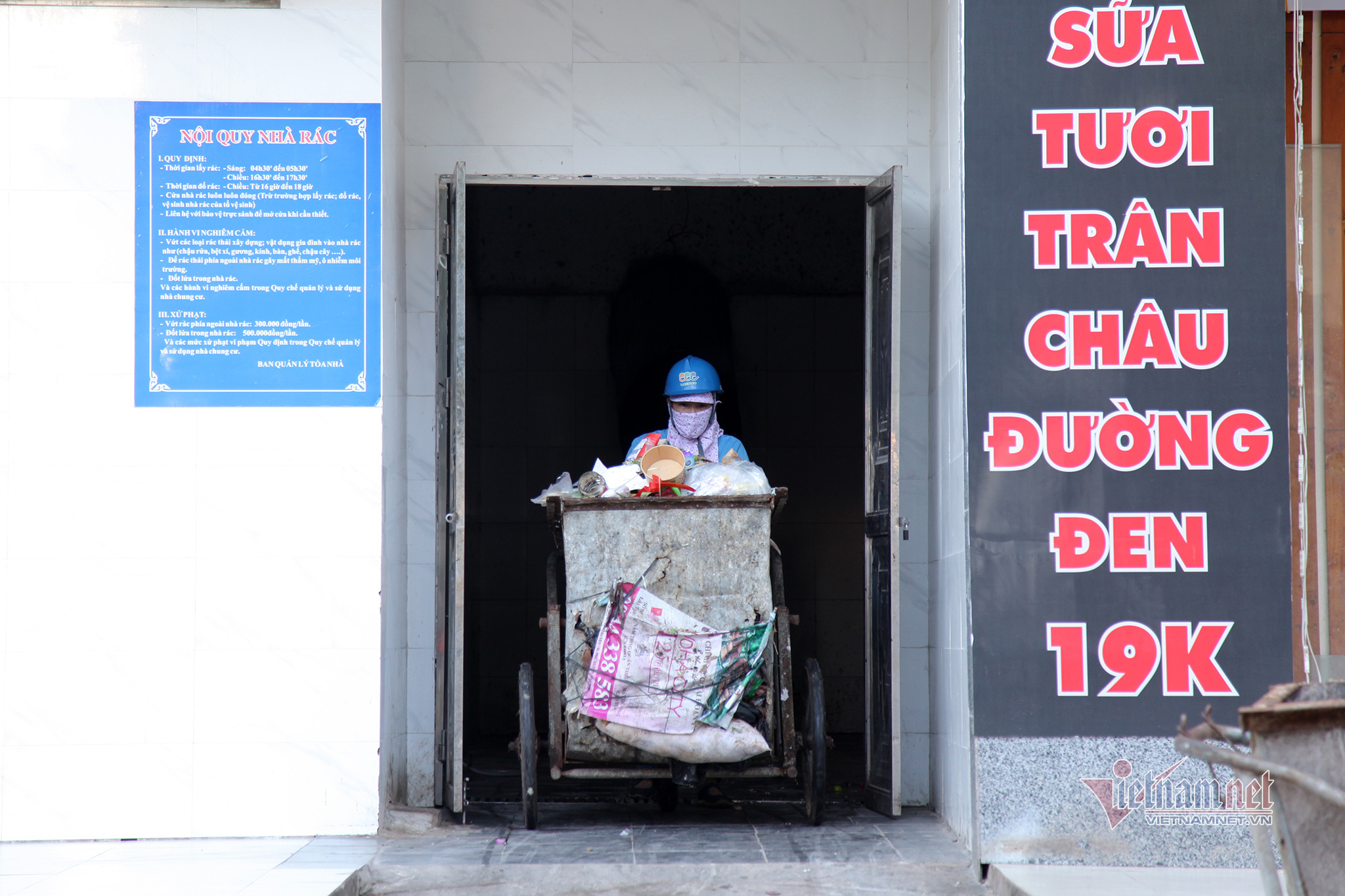 Cất tấm bằng cử nhân, người mẹ đi dọn rác, làm xe ôm nuôi con tự kỷ-6