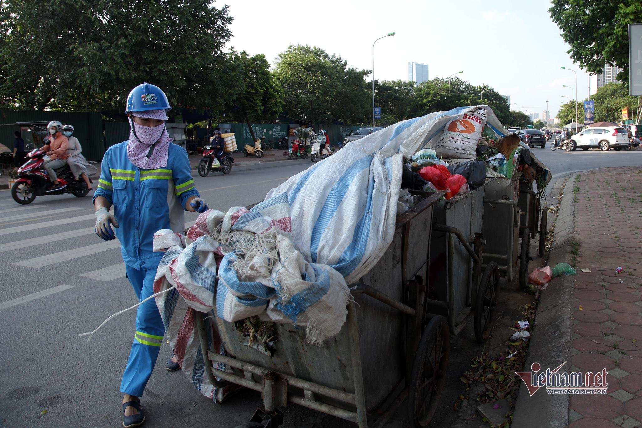 Cất tấm bằng cử nhân, người mẹ đi dọn rác, làm xe ôm nuôi con tự kỷ-8