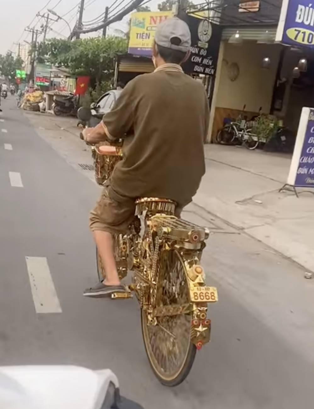 Xôn xao chuyện ông chú đi xe đạp dát vàng là chủ biệt thự khủng-1