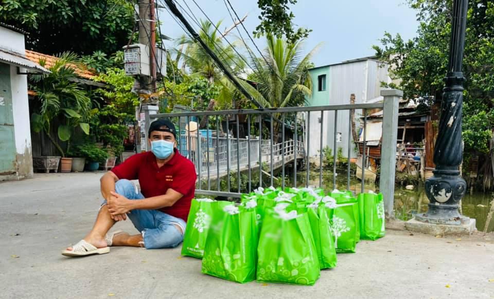MC Quyền Linh đi từng hẻm sâu tặng quà cứu trợ cho người dân mùa dịch-3
