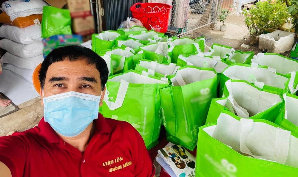 MC Quyền Linh đi từng hẻm sâu tặng quà cứu trợ cho người dân mùa dịch-2