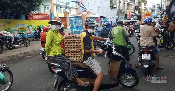 Siêu thị Sài Gòn: Người dân chỉ mua 1 vỉ trứng, dành phần khách đến sau-2