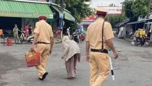 Không biết chợ đang bị cách ly, bà cụ lưng còng mang 2 giỏ măng tre đi bán, hành động của chiến sĩ công an khiến ai nấy cảm phục