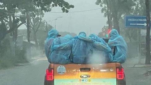 """Những """"chiến sĩ"""" áo xanh ôm nhau dưới cơn mưa trắng trời Sài Gòn: Bảo vệ mọi người là trách nhiệm của chúng ta"""