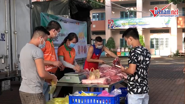 Khan hiếm trứng, dân vui mừng mua được thịt lưu động dù phải chờ lâu