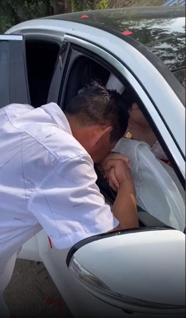 Con gái lên xe hoa, ông bố khóc đỏ mắt, nắm chặt tay con không buông-1