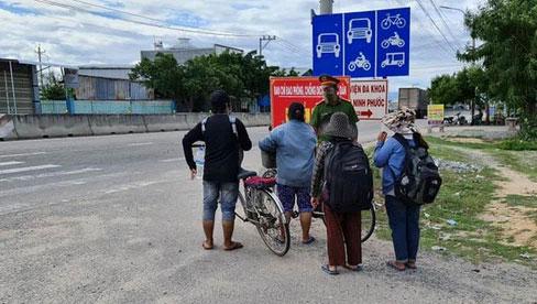 Thất nghiệp vì dịch COVID-19, 4 mẹ con đạp xe từ Đồng Nai về quê Nghệ An