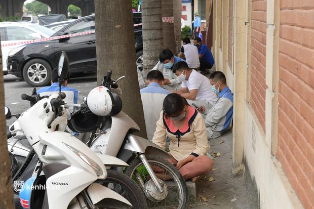 Hà Nội: Biển người chen lấn nghẹt thở chờ xét nghiệm, test nhanh Covid-19-14