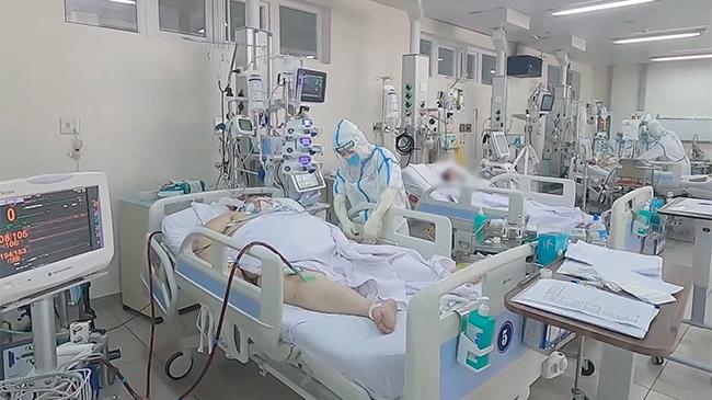 Cận cảnh bác sĩ 'kín mít' tất bật điều trị 18 ca Covid nặng, 3 ca chạy ECMO
