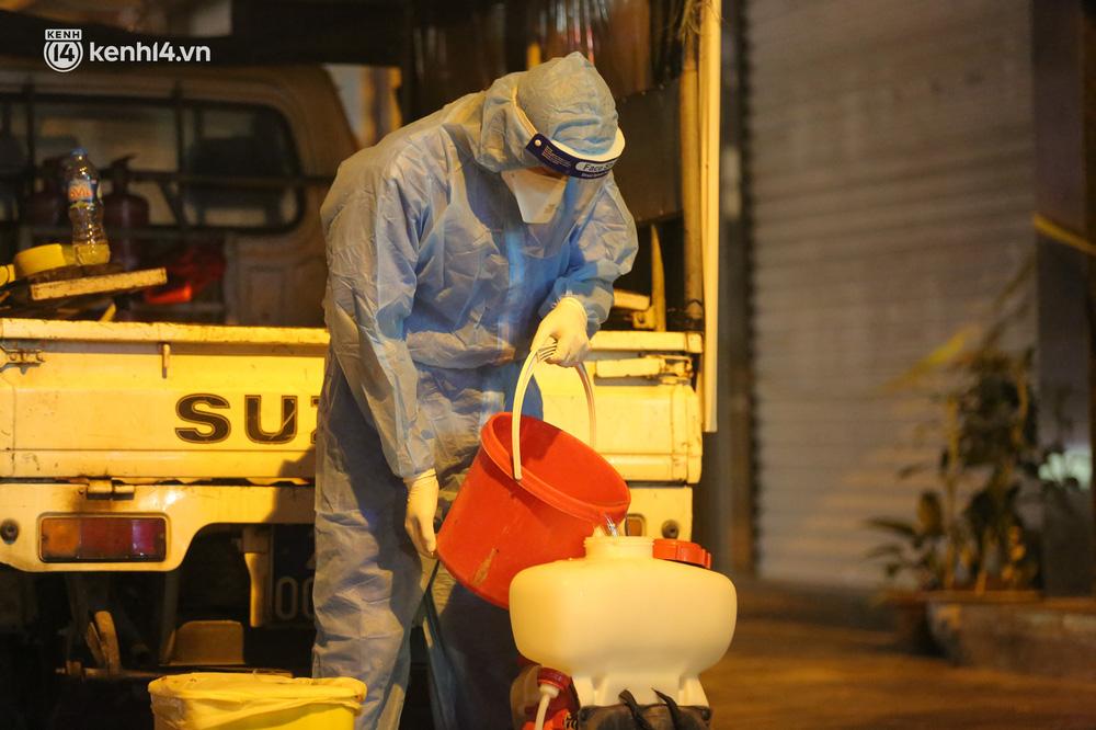 Hà Nội: Phong toả, lấy mẫu xét nghiệm xuyên đêm cho người dân sau 2 ca dương tính SARS-CoV-2 mới tại Tây Hồ-11