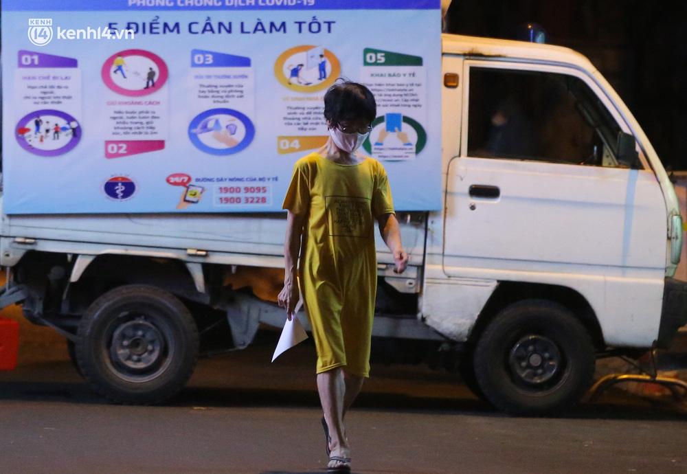 Hà Nội: Phong toả, lấy mẫu xét nghiệm xuyên đêm cho người dân sau 2 ca dương tính SARS-CoV-2 mới tại Tây Hồ-12