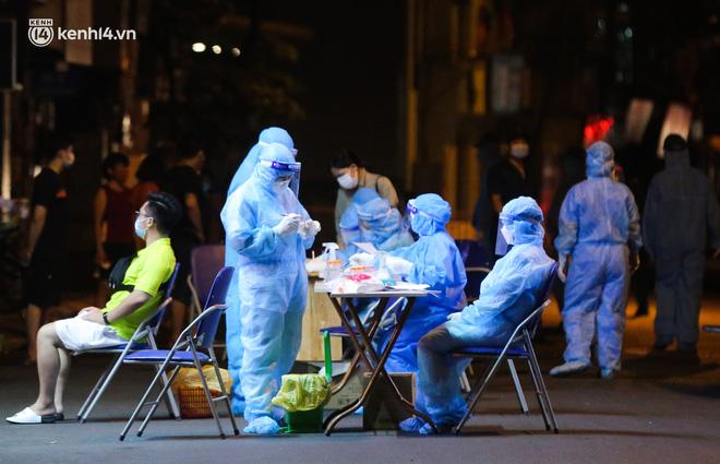 Hà Nội: Phong toả, lấy mẫu xét nghiệm xuyên đêm cho người dân sau 2 ca dương tính SARS-CoV-2 mới tại Tây Hồ-13