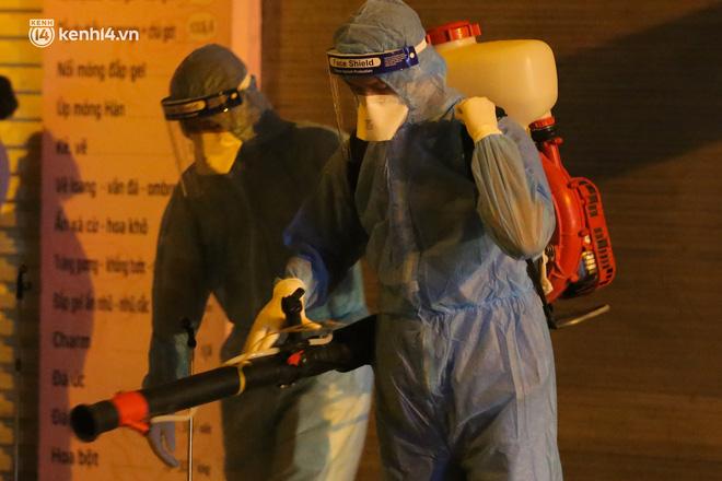 Hà Nội: Phong toả, lấy mẫu xét nghiệm xuyên đêm cho người dân sau 2 ca dương tính SARS-CoV-2 mới tại Tây Hồ-8