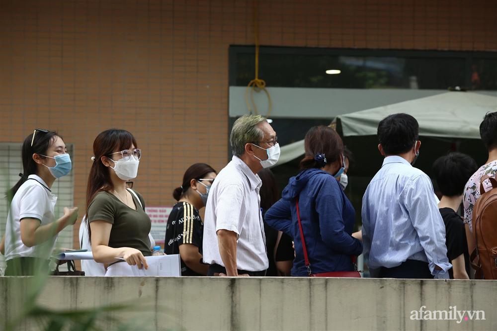 Bí thư Hà Nội chỉ đạo nóng: Dừng ngay điểm tiêm vaccine tại Bệnh viện E do tập trung đông người-2