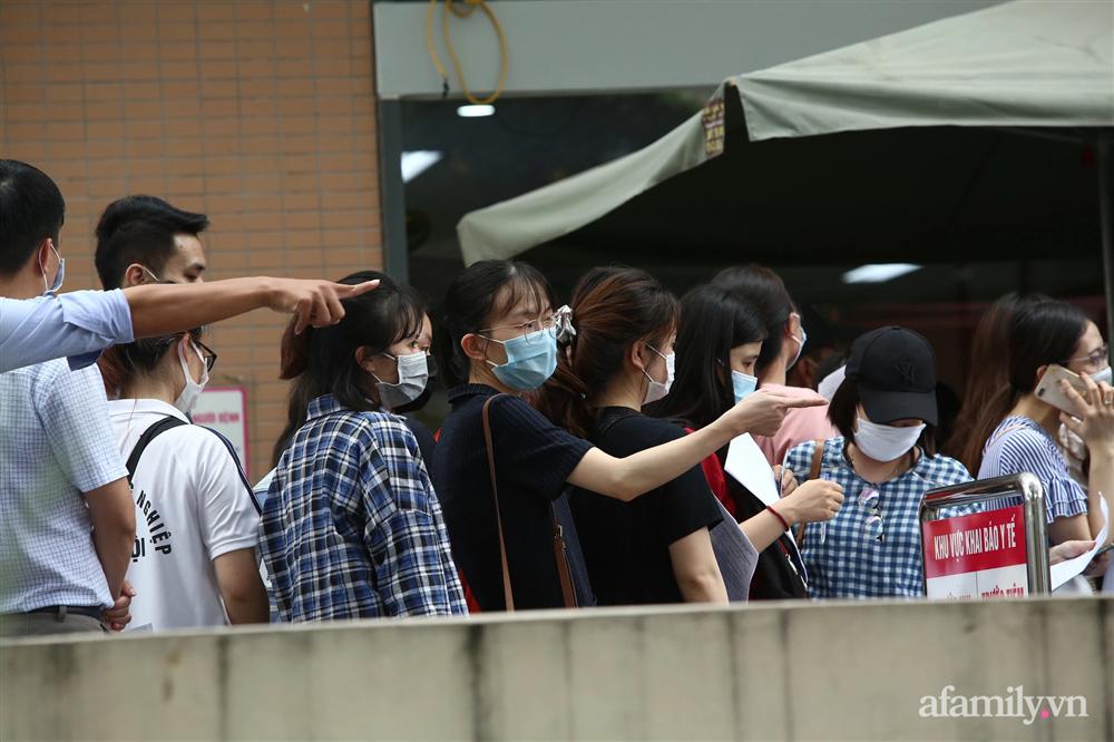 Bí thư Hà Nội chỉ đạo nóng: Dừng ngay điểm tiêm vaccine tại Bệnh viện E do tập trung đông người-3