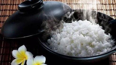 Đây là sai lầm nguy hiểm khi ăn cơm của nhiều người Việt, nếu không sớm thay đổi thì bạn sẽ