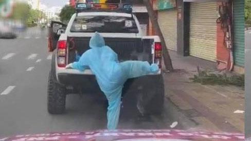 Hình ảnh tình nguyện viên cố leo lên xe phun khử khuẩn gây sốt MXH