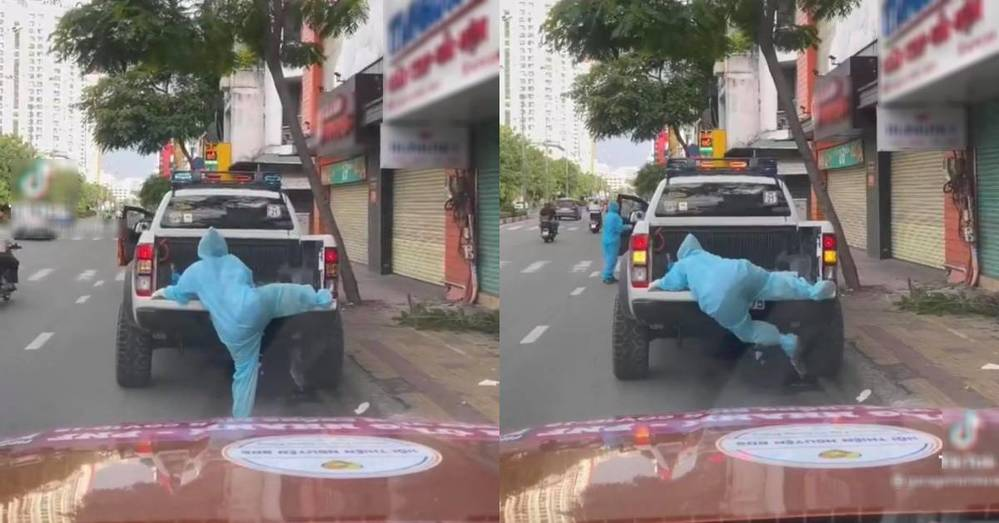 Hình ảnh tình nguyện viên cố leo lên xe phun khử khuẩn gây sốt MXH-1