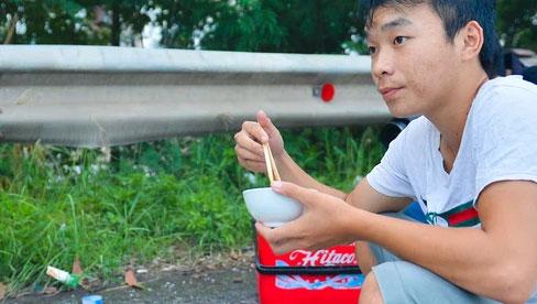 Tài xế container nấu ăn bên lề đường, chờ giấy thông hành để vào Hà Nội: