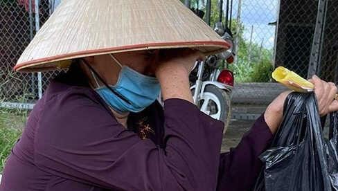 Cụ bà đi bộ từ Sài Gòn về Nghệ An bật khóc khi được MTQ hỗ trợ