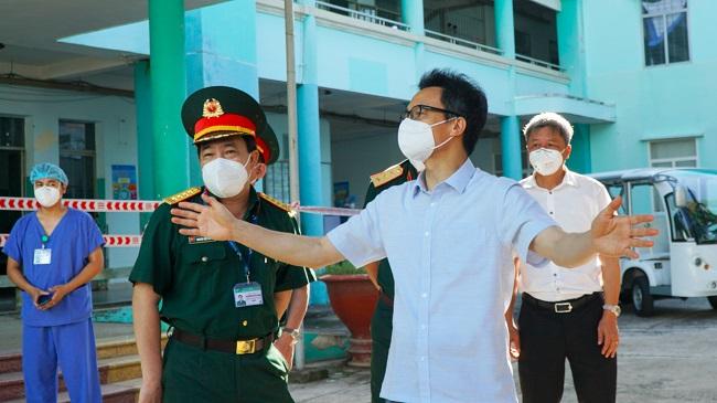 Phó Thủ tướng Vũ Đức Đam dẫn đoàn kiểm tra 2 bệnh viện tuyến đầu chống dịch
