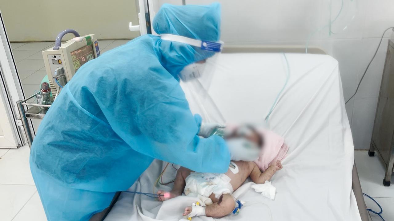Nỗ lực giành lại sự sống cho bé 10 tháng tuổi mắc Covid-19