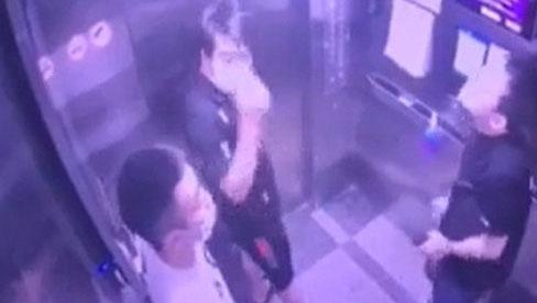 Nam thanh niên khạc nhổ trong thang máy chung cư, lấy khẩu trang lau miệng rồi treo lên lọ nước sát khuẩn