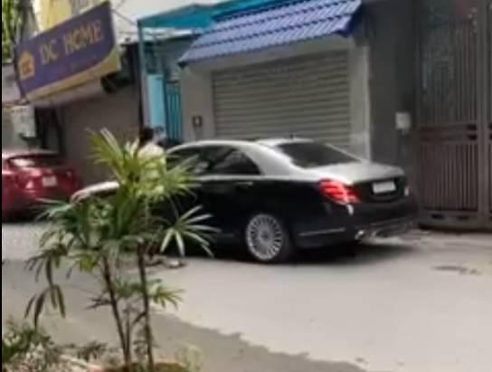 Vợ chặn đầu xe ô tô đánh ghen: Không ngừng quát tiểu tam, lấy gạch đập nát kính xe tiền tỷ của chồng và cái kết kinh hoàng-2