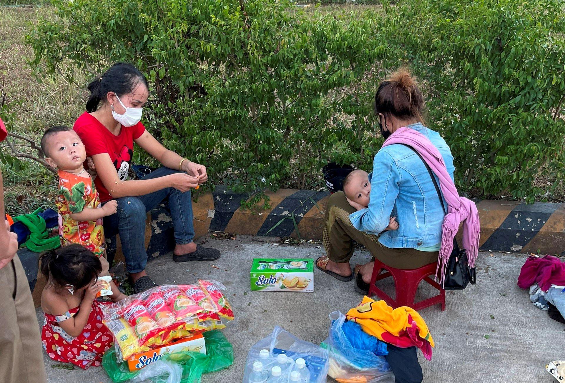 Hy hữu: 2 ông chồng bỏ quên vợ và con giữa đường khi chạy xe máy từ Bình Dương về Nghệ An tránh dịch-1