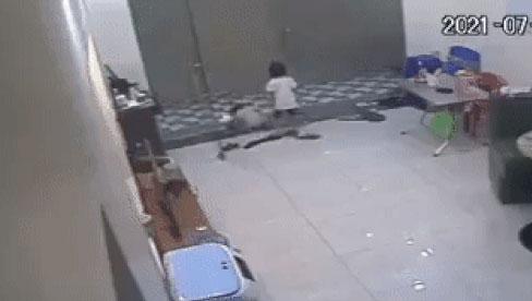 Hãi hùng giây phút sinh tử của cháu bé bị cửa cuốn đè ngang người