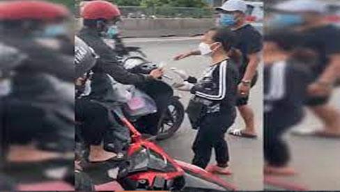Ấm lòng clip người phụ nữ cầm cọc tiền 500k xuống đường hỗ trợ người dân chạy xe máy vượt ngàn km về quê tránh dịch