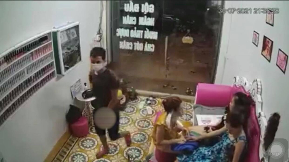 Thanh niên lạ mặt xông vào nhà, sàm sỡ vòng 1 của nữ chủ tiệm nail rồi lao ra đường-1