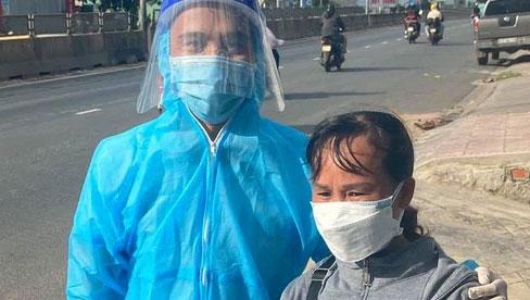 Danh tính người phụ nữ đi dép tổ ong, cầm xấp tiền hỗ trợ bà con chạy xe máy về quê tránh dịch