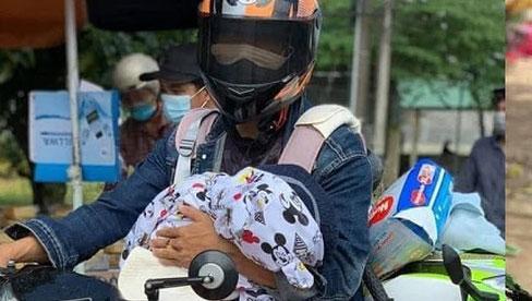 Người bố một mình địu con 2 tuổi đi xe máy hồi hương: