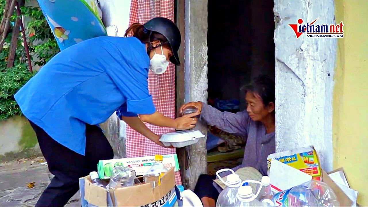 Hơn 600 suất cơm 'đi' khắp ngõ ngách tặng người nghèo Hà Nội mỗi ngày