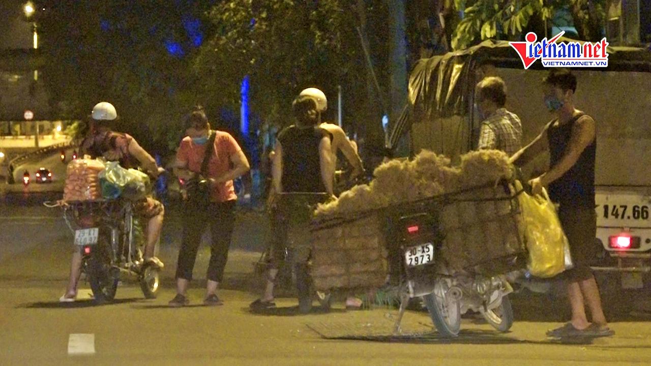 Chợ Long Biên phong tỏa, tiểu thương 'lập chợ cóc' buôn bán bên ngoài
