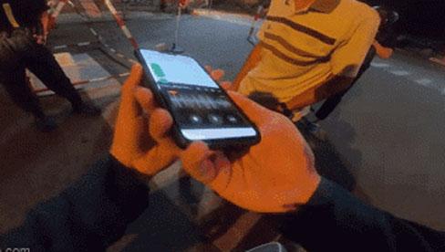 Đôi vợ chồng xin qua chốt kiểm dịch giữa đêm, đội dân quân nghe lời nhắn trong điện thoại chỉ biết lặng lẽ cúi đầu