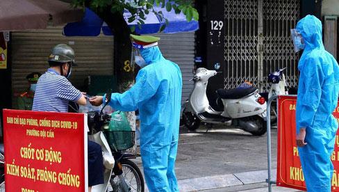 Hà Nội: Người đàn ông dùng dao đe dọa, chửi bới cán bộ chốt kiểm soát dịch Covid-19