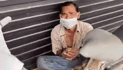 Ông chú vô gia cư ở Sài Gòn bật khóc nức nở khi nhóm thiện nguyện đánh thức và tặng mì tôm